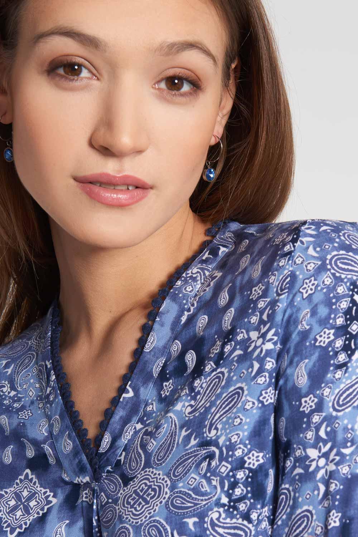 Niebieska koszulowa bluzka z orientalnym motywem