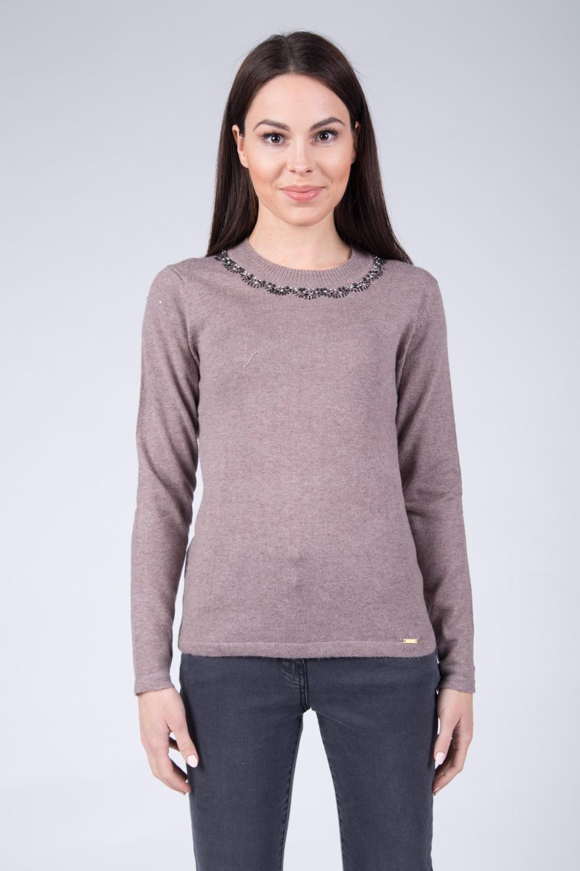 Be¿owy sweter z cekinami na dekolcie