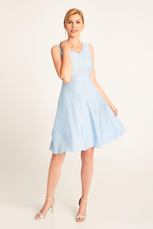 B³êkitna sukienka z dekoltem V