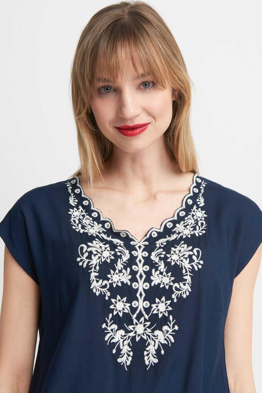 Granatowa bluzka z kwiatowym wzorem na dekolcie
