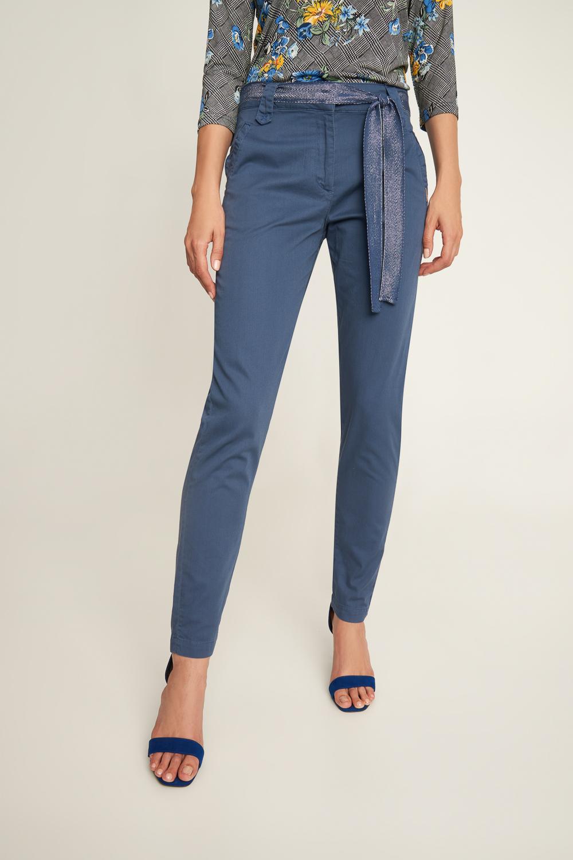 Granatowe spodnie z ozdobnym paskiem