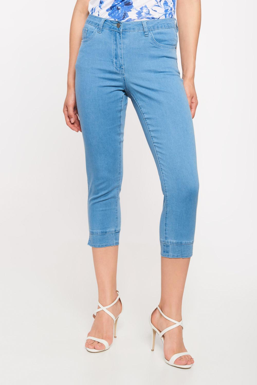 Niebieskie jeansowe spodnie rybaczki